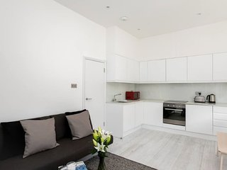 Spacious 2BR Flat with Balcony at West Kensington