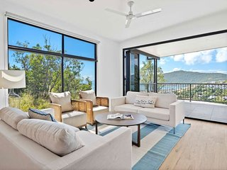 Sea Views, Luxurious Family Home - Top of the Hill