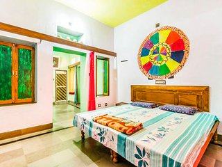 Vibrant room for 3, near Lake Pichola