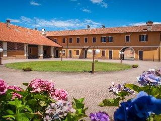 Casa Vacanza d'atmosfera nel borgo vicino Milano, con piscina, parco e relax....