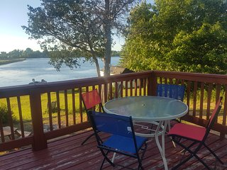 Lakefront Cottage, 5 BR, Private Beach, Boats, 20 Sleeps, Year Round, $249