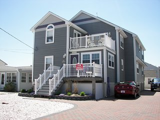 6 B/R Beautiful FamilyHome w/Views Close to Bay & Beach Lovely area Walk to IBSP