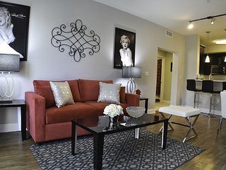 Luxury Hollywood Stars 6 BEDs Walk of Fame Suite FREE Parking + WiFi + Pool