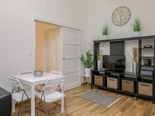 Lovely, bright space w/ WiFi, AC & perfect location - walk to Danube/Parliament!