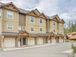 Modern, updated condo with a shared pool & hot tub plus easy access to skiing