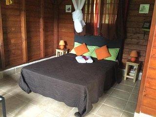 Gîte indépendant en bois situé à la campagne, à 10mn de la plage de Sainte-Anne,