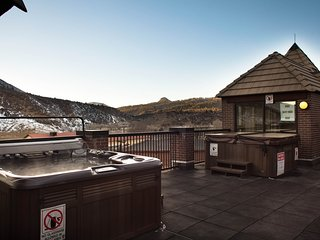 Mountainside Resort 1 bedroom with 2 outdoor hot tubs & close to museums