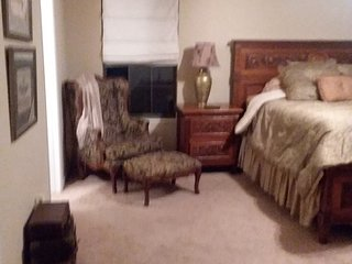 Room with King bed in shared home in Golf Course Community