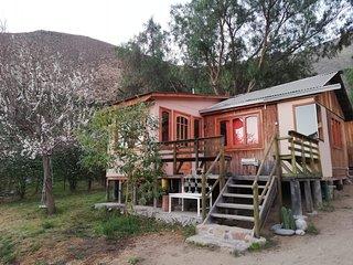 Cabañas bajo la montaña Mamalluca, Valle de Elqui.