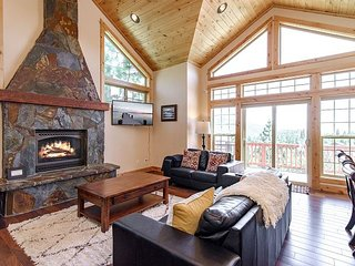 Stunning & Spacious 4BR Home in Truckee w/ Wraparound Decks + Fire Pit