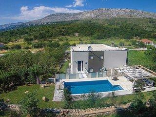 NEW! Villa Oblik private pool, indoor and outdoor whirlpool, sauna & 5 bedrooms
