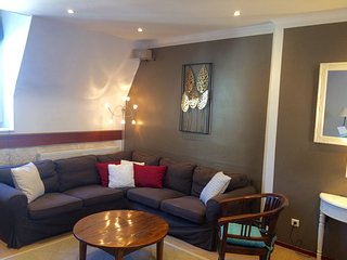 cosy area to relax an apartment full of natural light, quiet and nobody above you!!!!!