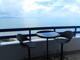 Jomtien Plaza Condotel. Studio on the 21th floor. Front view of the sea
