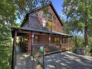 Four BR Private Log cabin with pool access, movie theater,close to PF Parkway