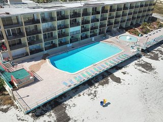 NEW LISTING! Cozy Daytona Inn suite w/shared pool & beach access