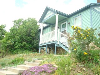 LITTLE VICTORIAN RETREAT MOUNTAIN VIEWS, HOT SPRINGS, WATER RAFTING, ATTRACTIONS