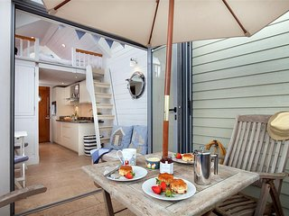 Shaldon Beach Hut 5 - Fabulous Beach Front Setting.