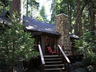Secluded 'Hidden Heaven'  Vintage Cabin on Strawberry Creek, Walk to town