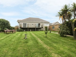 GREENACRES FARM, spacious interior, sea views, in St Agnes