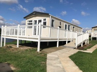 Luxury 2018 2 bed, 2 bath Caravan next to the lake