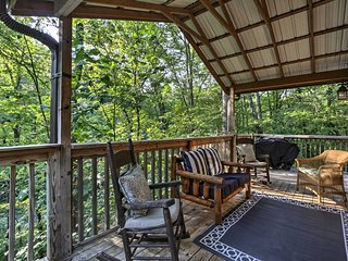 NEW! Gatlinburg Cabin w/ Hot Tub - 10 Min to Dtwn!