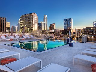 ROOFTOP Pool and BBQ Area in Downtown AUSTIN