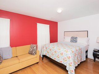 'New York's Finest' Room w Private Bathroom & Kitchen Access, 3mins to NYC train