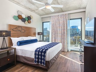 2 Bedroom Presidential DOWNTOWN Austin w/ Rooftop POOL