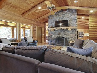 Charming 2-story lodge style home w/ spectacular views, hot tub & spacious deck