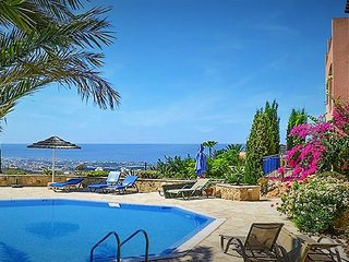 Apartment with Sea views and shared pool close to village centre. Free WiFi