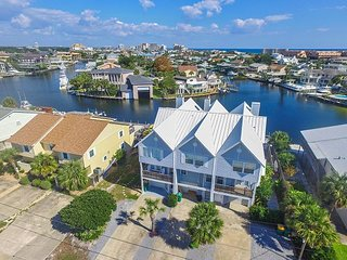 Destin Harbor Waterfront Gem 3BR w/ Deck, Sunroom, Boat Dock, Kayaks & SUP