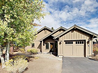 Modern 3BR Cabin in Caldera Springs w/ Private Hot Tub & Golf Course Vistas