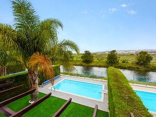 Casa Vista Lago, Gorgeous villa with amazing views to Meia Praia beach and sea