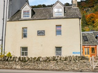 WADE HOUSE, woodburner, Grade II listed, fully renovated, pet-friendly, near