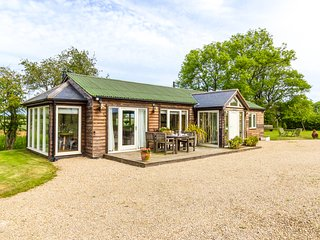 NEWTON RETREAT, detached, single-storey cottage, en-suites, woodburner, superb
