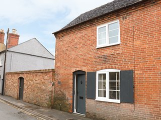 OLD END COTTAGE, open-plan, centre of village, in Ashbourne