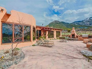 Casa de la Valle Luna Luxurious and Amazing Patio with Hot Tub and Fireplaces
