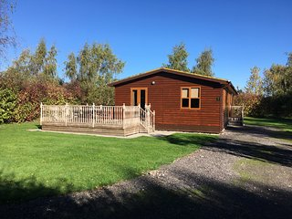 Log Cabin with Hot Tub York, Family Breaks, Relaxing and Quiet. WiFi. 7