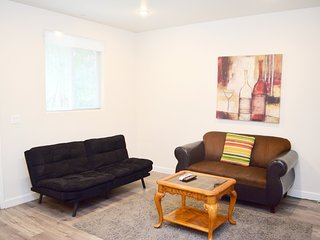2 Bed/2 Bath Near Hollywood w/ Futon, WiFi & Parking (F26)