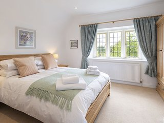 27 Hatherop, Coln St. Aldwyn, Cotswolds - Sleeps 4, dog friendly, walks and cycl
