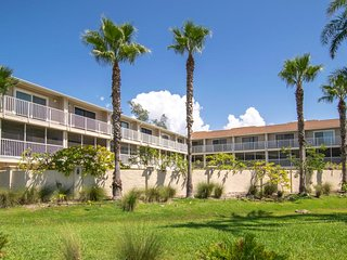 2BR 2.5 BA With Heated Pool and Gulf View with Lanai, Close To Manatee Beach and