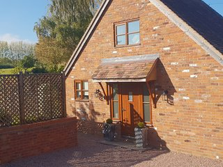 WOODSTOCK LODGE, countryside views, open-plan living, near Malvern Hills AONB