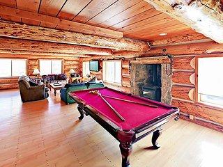 Large 6BR Lodge w/ Hot Tub & Mountain Views, Near Ski Resorts & Free Bus