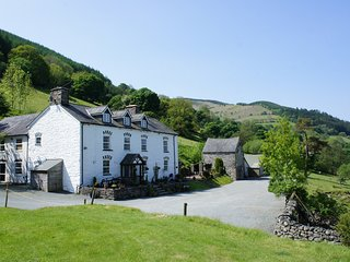 PENGWERN COTTAGE, en-suite, WiFi, fantastic hillside location with beautiful vie