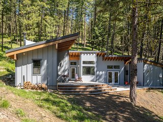 NEW! Off-The-Grid Mtn Home 20 Mins to Leavenworth!