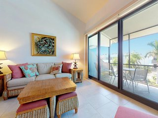 NEW LISTING! Great condo w/shared pool & access to beach, shopping & dining