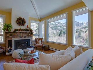 NEW LISTING! Enjoy stunning mountain views w/private hot tub, fireplace & grill