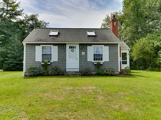 NEW LISTING! Cozy cottage w/sunroom, gas fireplace-near Drakes Island Beach