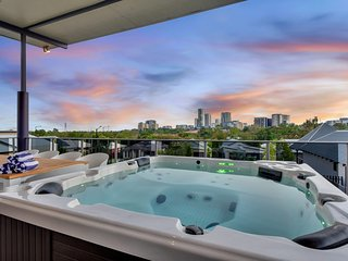 Luxury Darwin City Lights Jacuzzi Central Location Large House New Furnishings