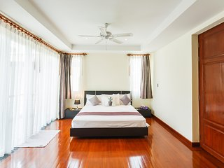 Baan Kaja villa, walk to Surin and BangTao beach. Private pool.